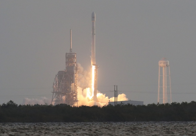 SpaceX phong ve tinh nho ten lua Falcon 9 anh 1