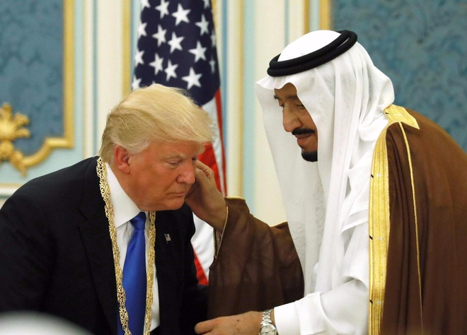 Phat bieu ve Hoi giao, TT Trump doi dien 'bong den' tu qua khu hinh anh