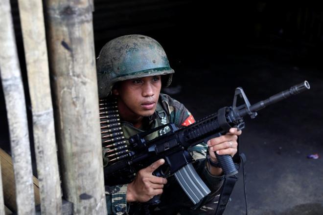 Binh si Philippines gap kho khi doi dau phien quan o thanh thi hinh anh