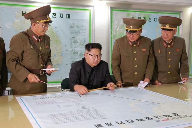 Ong Kim Jong Un duyet ban do duong di ten lua den dao Guam hinh anh