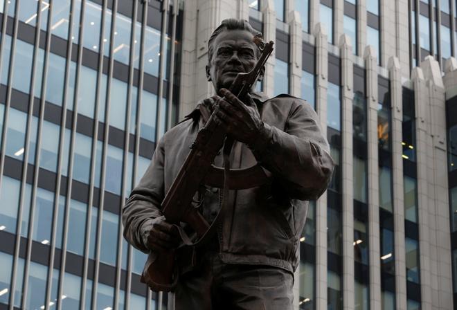 'Cha de' sung AK-47 duoc dung tuong dai o Nga hinh anh