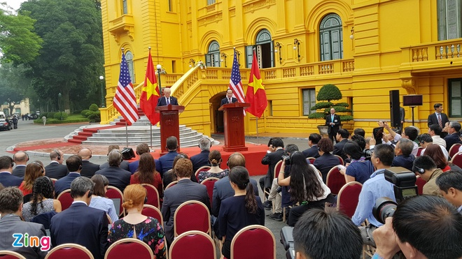 Tong thong Trump roi Ha Noi, ket thuc chuyen tham Viet Nam hinh anh 39
