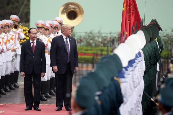 Tong thong Trump roi Ha Noi, ket thuc chuyen tham Viet Nam hinh anh 23