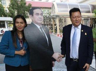 Thu tuong Thai tranh bao gioi bang 'doc chieu' hinh nhan hinh anh