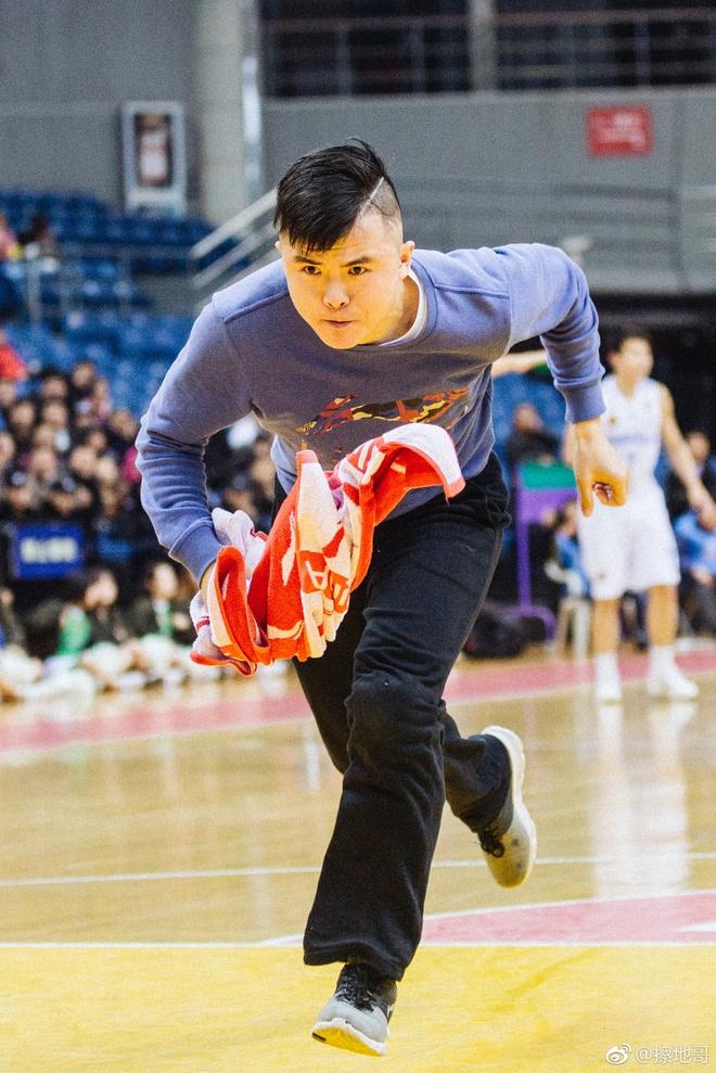 Chang lau san lam xuc dong cong dong TQ nho tinh than lam viec hinh anh 2