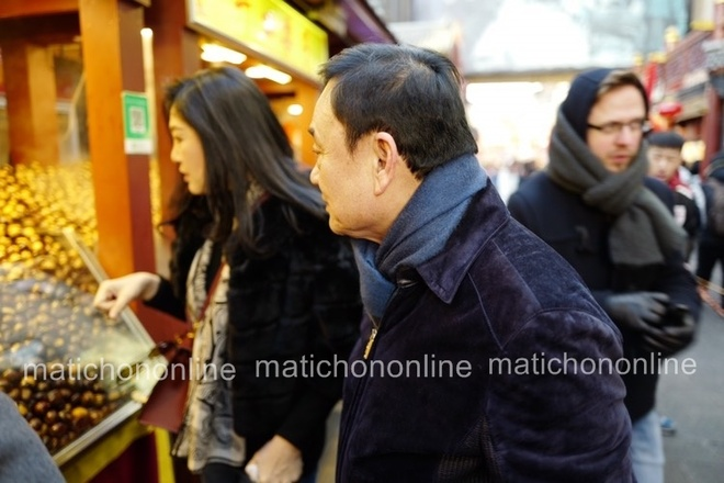 Phat hien Thaksin va Yingluck cung di mua sam tai Bac Kinh hinh anh