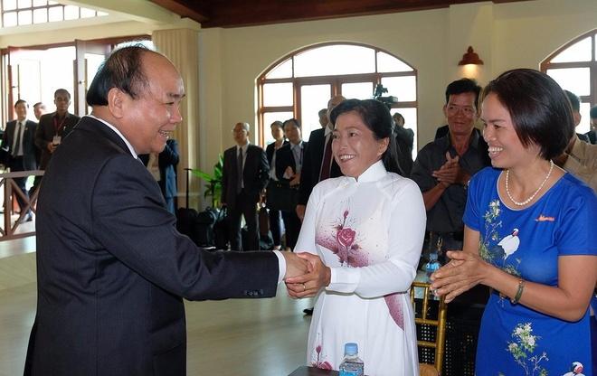 Thu tuong tang qua cho kieu bao ngheo o Campuchia hinh anh