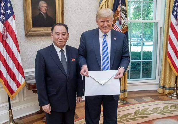 Kim Jong Un gui phong thu khong lo cho ong Trump hinh anh