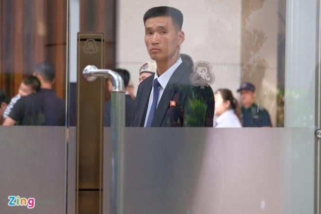 'Bat kha xam pham' tai khach san to chuc cuoc gap Trump - Kim hinh anh 2