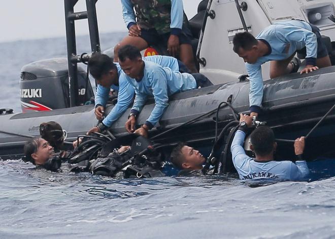 Tim thay hop den may bay Lion Air roi xuong bien Indonesia hinh anh 3