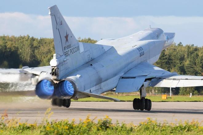 Nga dua may bay nem bom Tu-22M3 den Crimea doi pho My hinh anh 1