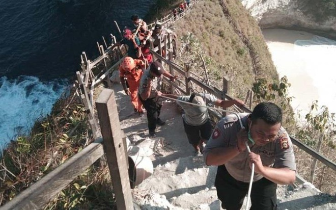 Du khach Viet thiet mang do bi song cao 6 m cuon troi khi du lich Bali hinh anh 1