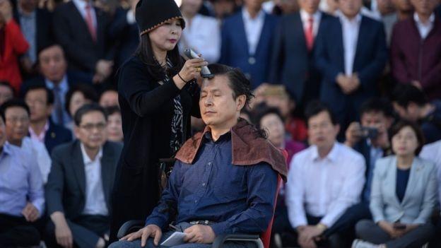 Nghị sĩ Hàn Quốc cạo đầu phản đối chính phủ