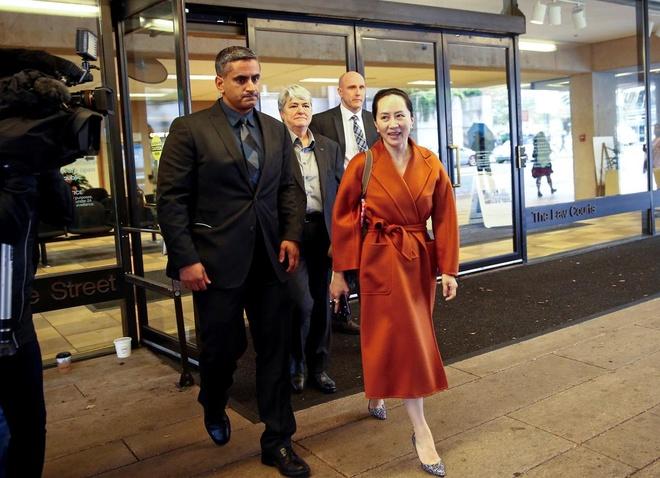 Chân đeo thiết bị giám sát, 'công chúa Huawei' ra tòa tại Canada