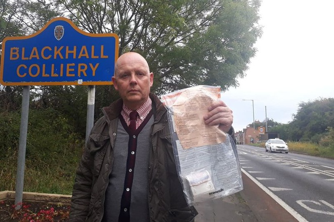 Thám tửJohn Forster với gói tiền được tìm thấy hôm 18/11. Ảnh: PA.