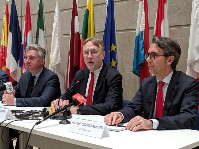 Tại cuộc họp báo tối 31/10 của phái đoàn Nghị viện Châu Âu sang thăm Việt Nam, từ trái qua: Jan Zahradil, Phó chủ tịch Ủy ban Thương mại Quốc tế; Bernd Lange (giữa), Chủ tịch ủy ban; và Giorgio Aliberti, đại sứ EU tại Việt Nam. Ảnh: Trọng Thuấn.