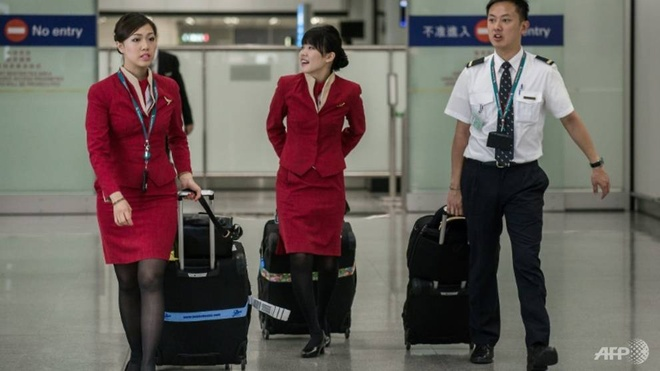 Virus la lay lan, tiep vien Cathay doi deo khau trang moi chuyen bay hinh anh 1 cathay_pacific_s_female_flight_attendants_have_won_the_right_to_wear_trousers_1522331604649_4.jpg