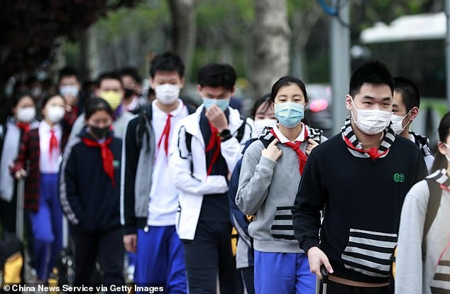 Hai hoc sinh chet sau khi deo khau trang chay trong gio the duc o TQ hinh anh 1 27697974_8283965_Tens_of_thousands_of_graduating_students_in_China_have_returned_a_9_1588584360164.jpg