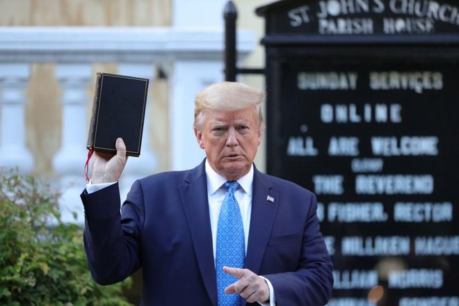 Giam muc phan no vi ong Trump den nha tho, chup anh voi Kinh thanh hinh anh 2 kinhthanh.JPG