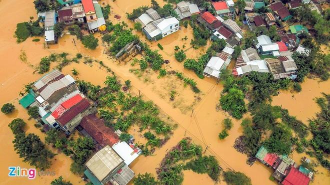 """Lợi dụɴg mọi người đang """"quyên góp"""" cứu trợ cho miền Trung ngập lụt, tài xế đi """"xe sang"""" tranh thủ """"nẫng"""" vài thùng mì tôm"""