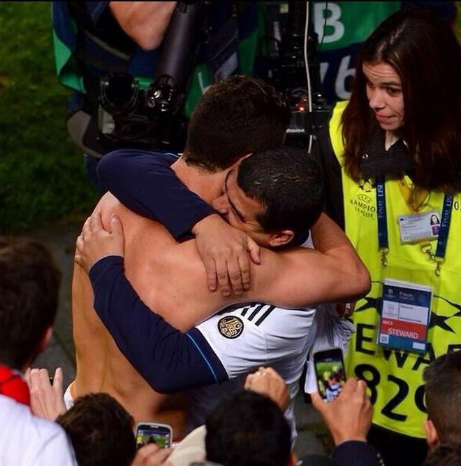 Ronaldo om cham anh trai sau khi ghi ban hinh anh