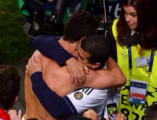 Bi mat ve nguoi dan ong Ronaldo om sau khi ghi ban hinh anh