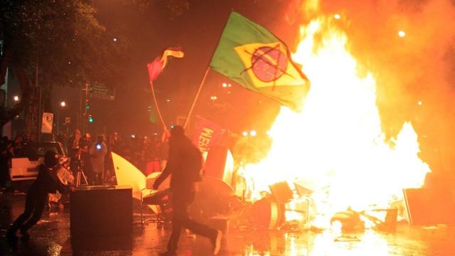 Toan canh Brazil te liet vi bao loan sau tran thua the ky hinh anh