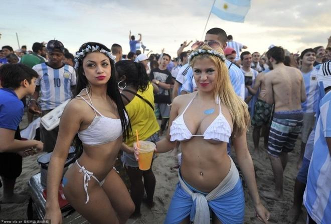 Fan nu an mung chien thang cua Argentina hinh anh