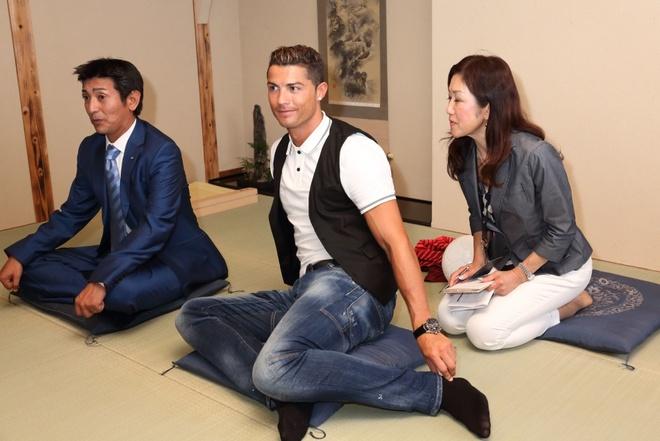 Ronaldo lam chu tich tap doan cao cap o Nhat hinh anh 5