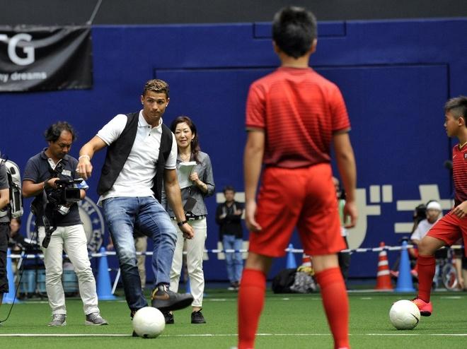 Ronaldo lam chu tich tap doan cao cap o Nhat hinh anh 15