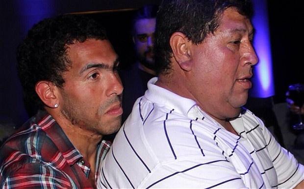 Cha cua Tevez bi bat coc tong tien hinh anh 4