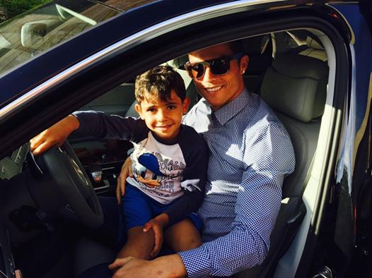 Theo chan sao 22/4: Con trai chuc Ronaldo thi dau may man hinh anh
