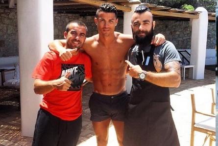 Theo chan sao: Ronaldo coi tran chup anh cung fan hinh anh
