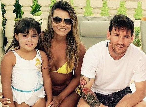 Theo chan sao: Messi chup anh cung bong hong la tai be boi hinh anh
