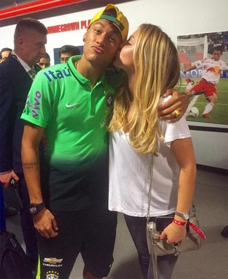 Neymar hen ho em gai tay vot Bouchard hinh anh 1