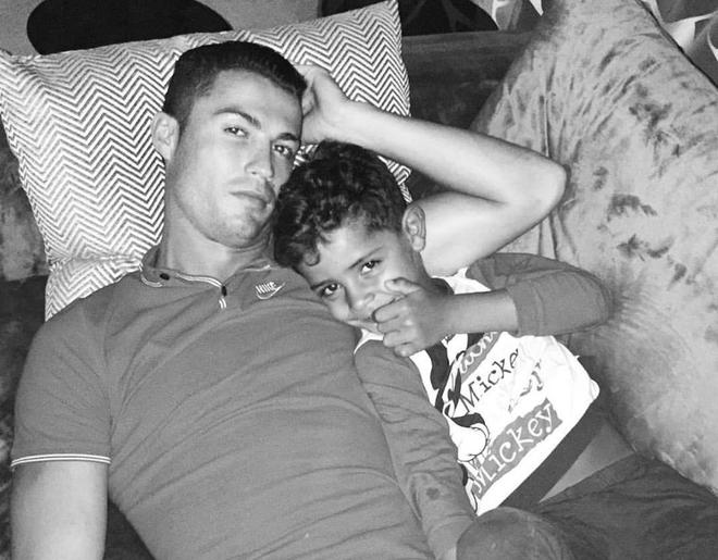 Theo chan sao: Ronaldo ranh roi xem tivi cung con trai hinh anh