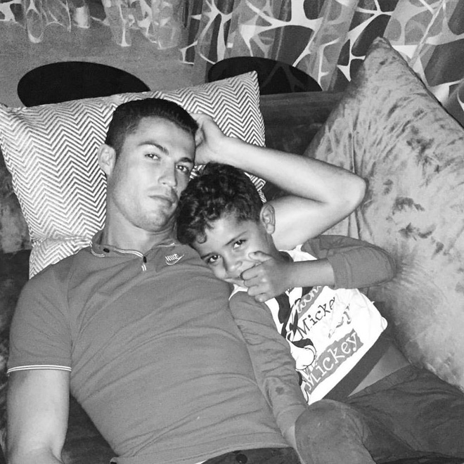 Theo chan sao: Ronaldo ranh roi xem tivi cung con trai hinh anh 1