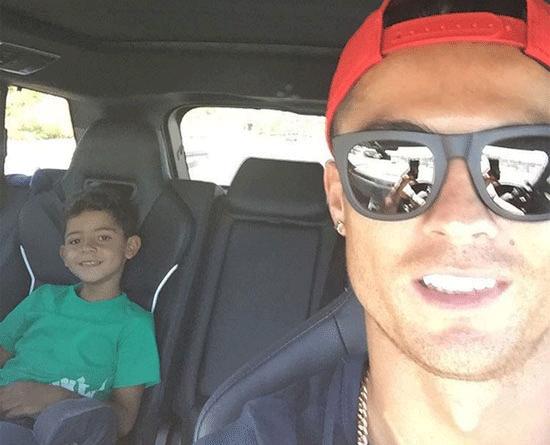 Theo chan sao: Ronaldo dua don con trai toi truong hinh anh