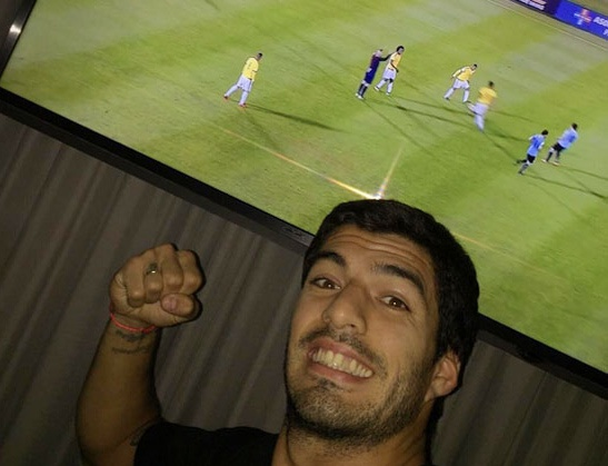 Theo chan sao: Suarez co vu tuyen Uruguay qua tivi hinh anh