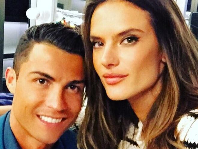 Theo chan sao: Ronaldo vui ve ben thien than noi y hinh anh
