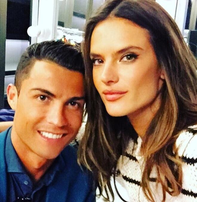 Theo chan sao: Ronaldo vui ve ben thien than noi y hinh anh 1