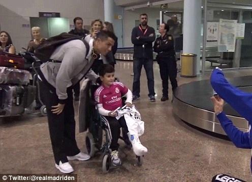 Theo chan sao: Ronaldo chup anh cung fan nhi ngoi xe lan hinh anh