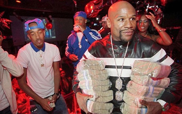Theo chan sao: Mayweather om coc tien vao hop dem hinh anh