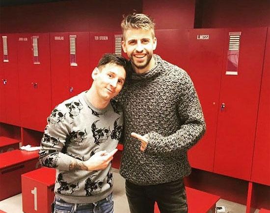 Theo chan sao: Messi ben len chup anh cung Pique hinh anh