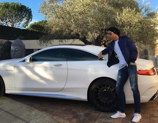 Theo chan sao: Ronaldo sanh dieu tao dang ben xe sang hinh anh
