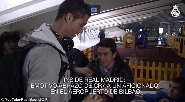 Theo chan sao: Fan oa khoc khi duoc Ronaldo vo ve hinh anh
