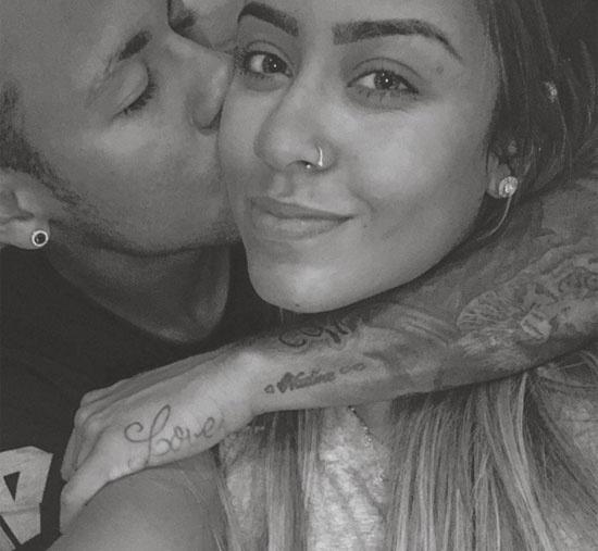 Neymar the hien tinh cam thai qua voi em gai hinh anh 1