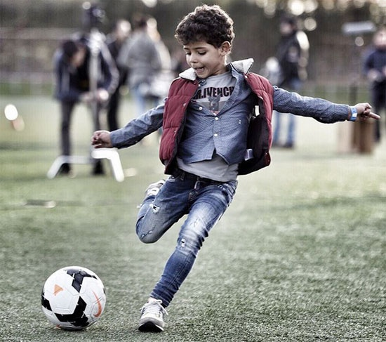 Theo chan sao: Con trai Ronaldo tai hien pha sut phat cua bo hinh anh 1