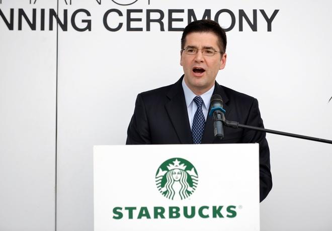 Starbucks sai chinh ta tieng Anh tren backdrop khai truong hinh anh 2 Phần sai chính tả của Chủ tịch Starbucks châu Á Thái Bình Dương khớp đúng với phần backdrop sai chính tả trước ống kinh phóng viên.   Ảnh: Lê Hiếu.