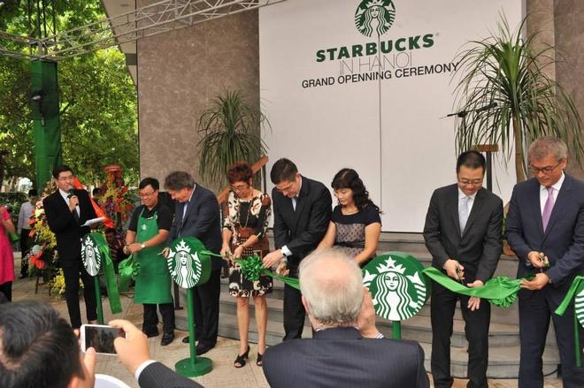 Starbucks sai chinh ta tieng Anh tren backdrop khai truong hinh anh 1 Thương hiệu cà phê Mỹ nổi tiếng thế giới bị sai chính tả tiếng Anh ngay trên backdrop ngày khai trương.